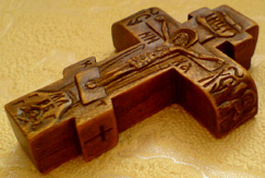 Резной деревянный крестик с ангелочками