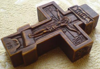 Резной крестик с образами Св. Николая Чудотворца и Св. прп. Серафима Саровского Чудотворца