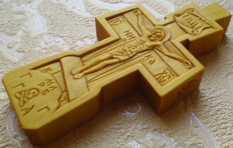 Резной крестик с образами Св. Николая Чудотворца и Богородицы.