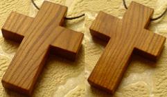 Маленький деревянный крестик.