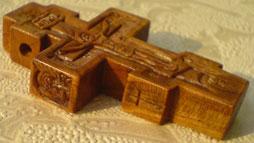 Резной деревянный крест с ангелами