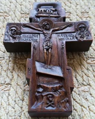 Резной деревянный крестик с ликами по сторонам: святого великомученика и целителя Пантелеимона, святого ПРОРОКА ПРЕДТЕЧИ И КРЕСТИТЕЛЯ ГОСПОДНЯ ИОАННА, святого ПРЕПОДОБНОГО СЕРАФИМА САРОВСКОГО ЧУДОТВОРЦА, святого Архангела Михаила, святого Иоанна воина.   С образом святителя  Николая Чудотворца и Казанской пресвтятой Богородицы. На обратной стороне крестика образ Ангела Хранителя