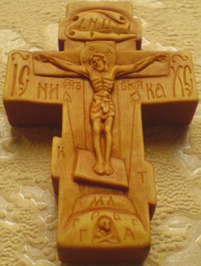 Резной крестик из дерева с ЛИКАМИ Св. Серафима Саровского, Св. Великомученика и целителя Пантелеимона.   С другой стороны крестика: Казанская икона Божией Матери и Св. Николай Чудотворец. На обратной стороне: Преображение Господне
