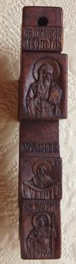 Нательный крестик из дерева с ЛИКАМИ Св. Дионисия, Св. Георгия победоносца. Покров Пресвятой Богородицы.  С другой стороны крестика: Образ Пресвятой Богородицы `Умягчение злых сердец`, именуемая `Семистрельная` и образ Св. Николая Чудотворца.  На обратной стороне: Преображение Господне