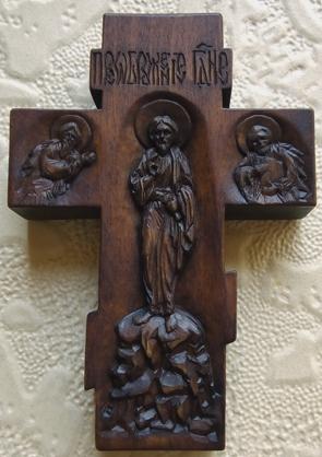 Резьба. Нательный крестик из дерева с ЛИКАМИ Св. Дионисия, Св. Георгия победоносца. Покров Пресвятой Богородицы.  С другой стороны крестика: Образ Пресвятой Богородицы `Умягчение злых сердец`, именуемая `Семистрельная` и образ Св. Николая Чудотворца.  На обратной стороне: Преображение Господне