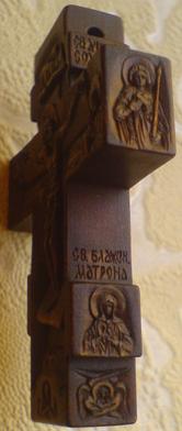 Резной деревянный крестик с образом Св. Николая Чудотворца, Богородицы Казанская. По сторонам: Св. Матрона Московская,  Св. Димитрий Солунский. С другой стороны крестика: Преподобный Серафим Саровский Чудотворец и Святой Великомученик и целитель Пантелеимон. На обратной стороне: Ангел Хранитель
